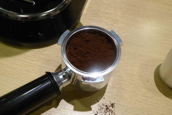細挽きのコーヒーパウダーを入れます。