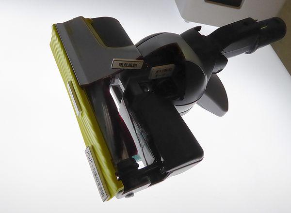 こちらは掃除機ヘッドのカットモデル。後方にモーターがあります