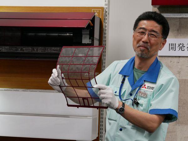 営業部ルームエアコン販売企画グループ 中洲次郎さん。「フィルターのこんなところも赤いんですよ!」 こんなにコストがかかっているとは、知りませんでした