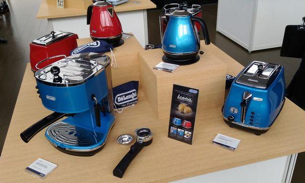 デロンギ アイコナコレクション 電気ケトル(一番奥)とポップアップトースター(右)はそれぞれ12000円、18000円。10月発売予定