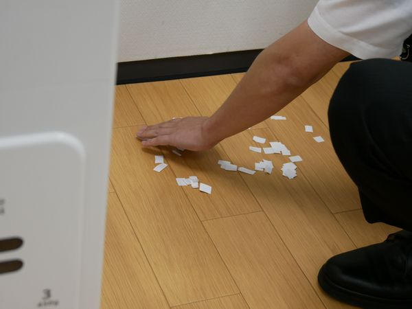 ゴミの代わりに紙を撒きます