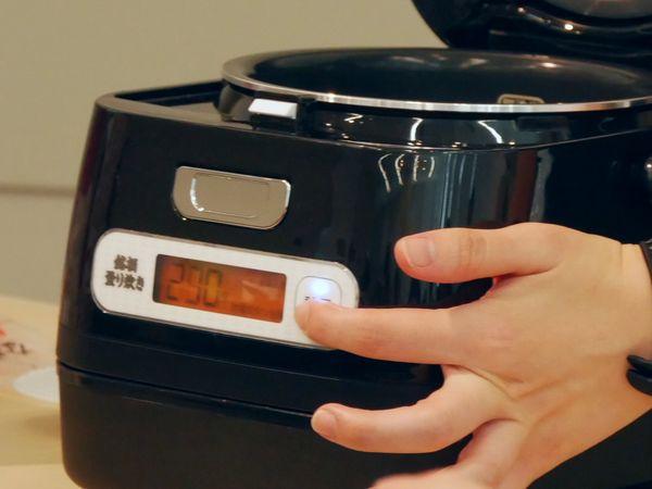 お米を入れ終わったら、計量ボタンを押します。その後、釜をはずして洗米し、戻して水を入れます