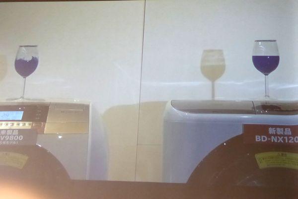 振動も抑えるそうです! ワイングラスで実験を行っていました。右の新製品は水がそのままですね