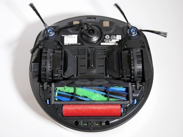 裏側には主電源スイッチのほかに、サイドブラシが左右2カ所、回転ブラシ+かきとりブラシが見えます。段差センサーは上下左右にあります