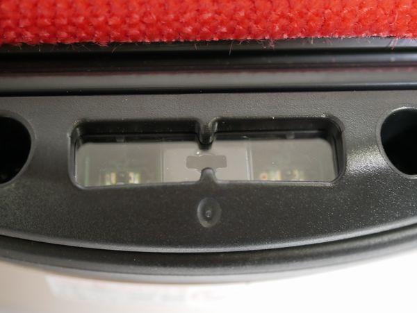 段差センサーは裏側に全部で4箇所。このように小さくポチっと見えます。これだけボディが小さいのに、よく入ったなあと……