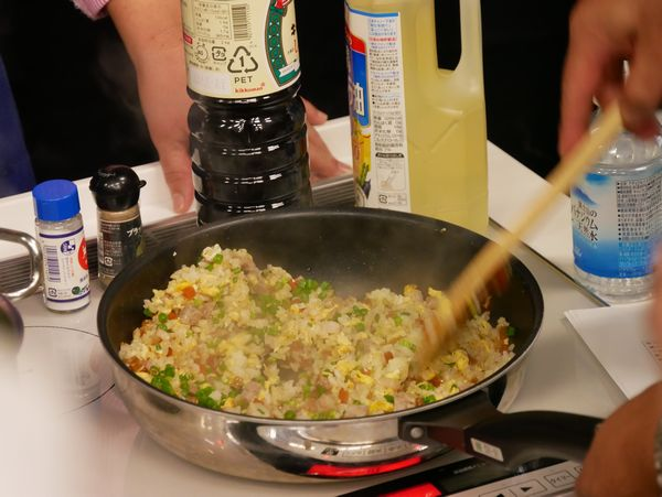 鍋はふりません。切るようにささっと混ぜていきます