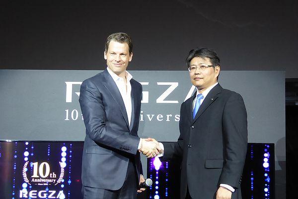 Netflix株式会社グレッグ・ピーターズCEO(左)と東芝ライフスタイル村沢圧司副社長