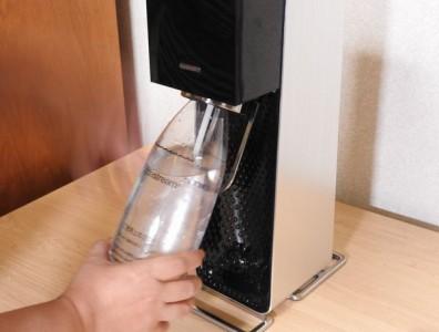 ボトルを所定の位置にセットしたら、奥に押す