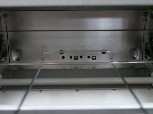 4つの穴から過熱水蒸気が出てきます。上下にヒーターはありますが、ヒーターは補助とのこと