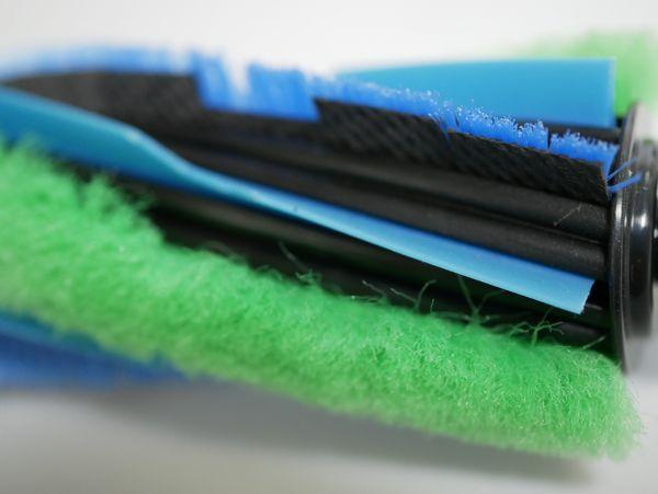 回転ブラシはフローリングの溝などから、ゴミをかき出します。3つの素材で、かなり複雑な構造