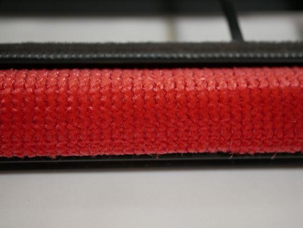 かきとりブラシはカーペットに付着した綿ぼこりをかきとります。これ、エチケットブラシの素材に似てる!