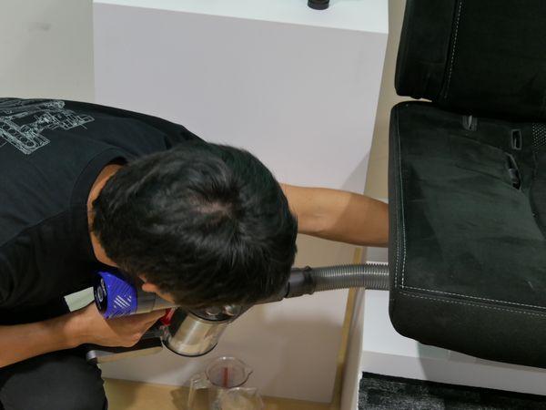 椅子の下など、狭いところも掃除できて……