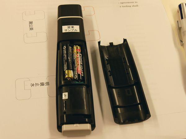 電池は裏面から入れる。単四電池なので、外出先で電池が切れてもすぐに買うことができますね